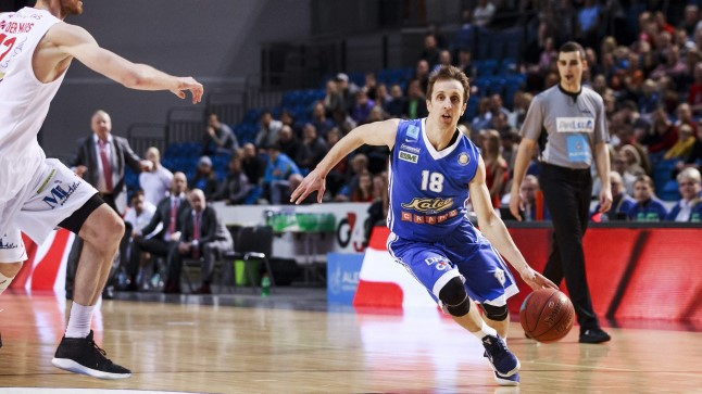 """DIRIGENT: """"Mulle meeldib võita! Pole vahet, kas pean söötma või viskama. Tähtis on teha õige valik."""" Branko Mirkovic on valmis andma endast kõik, et meeskond võidule tüürida."""