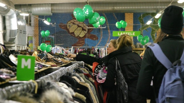 Rõivaste taaskasutus hoiab kokku ressursse, mida iga uue riideeseme valmistamine nõuab. Fotol Paavli Kaltsukas Tallinnas.