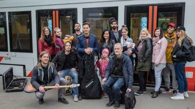 """Ikevald Rannap esitles trammis oma ballaadi """"Scarf on the Train""""."""