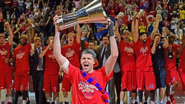 TIITLIKAITSJA: Mullu tõstis Euroliiga võitjatrofee enda kohale Moskva CSKA kapten Viktor Hrjapa. Kas armeelased suudavad tiitli taas endale krabada, selgub juba Istanbulis.