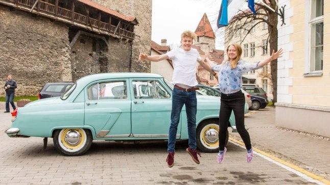"""""""Rakett 69"""" võitjad, GAG-i õpilased Karl Vilhelm Valter ja Frida Laigu kerkisid raketina edukate taevasse. Taustal koolidirektori helesinine """"Volga""""."""