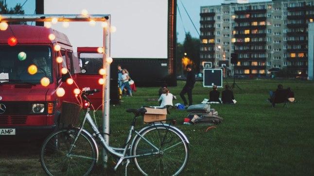 """Tartu Elektriteatri mullusuvine kinoseanss Annelinnas, kus näidati filmi """"Tüdruk läheb öösel üksi koju""""."""