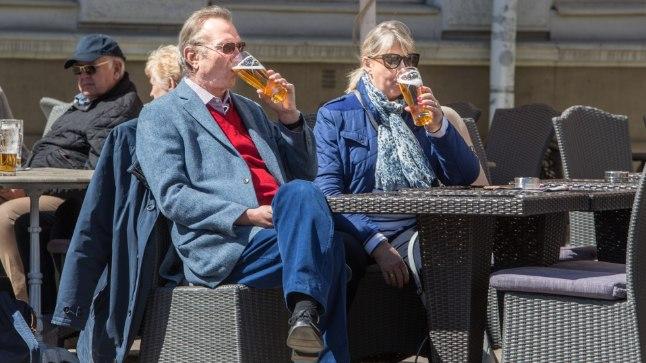 KÜLALISED LONDONIST:  Alaster (64) ja Vanessa (60) istuvad terrassil, kus õlle hind jääb kuue euro kanti. «Tehti eripakkumine: kaks õlut 9,50 eest!» teatab Alaster lõbusalt. Londonis oleks hind veidikene kallim.