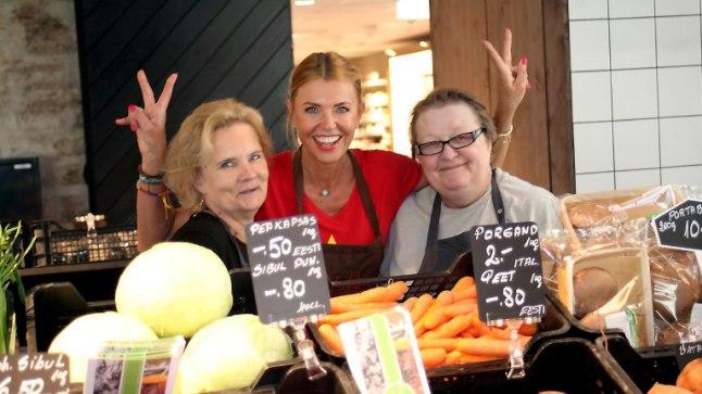 Anu Saagim läks Balti jaama turu avamispäeval müüjatele appi köögivilja müüma.