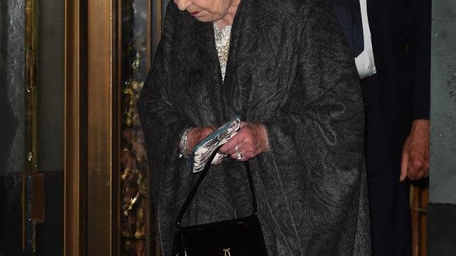Kuninganan Elizabeth II külastas Ivy nimelist restorani, kandes mälestustest insipreeritud kotikest