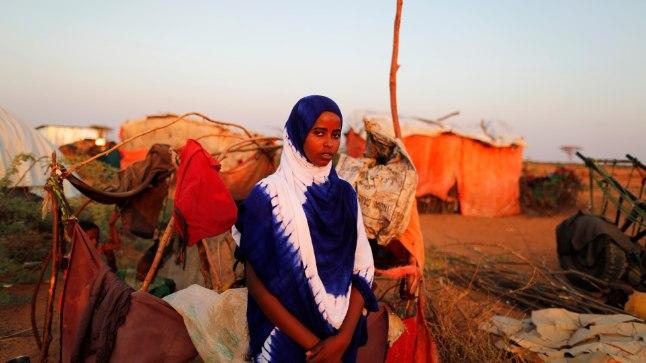 14-aastane tütarlaps seisab oma onni kõrval laagris, kuhu paigutatakse ümber põuaalade inimesi