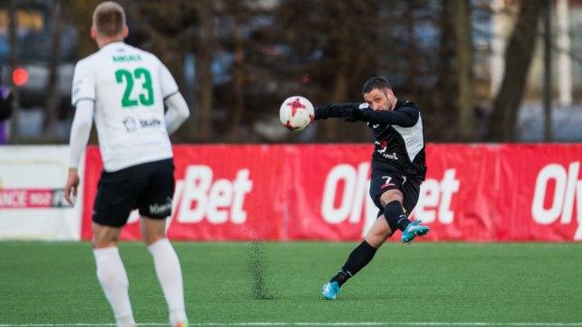 FC Infoneti pallur Aleksandr Volodin sooritamas pealelööki. Viimati jäädi FC Flora vastu nullile.