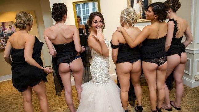 Невесты развлекается с подругой