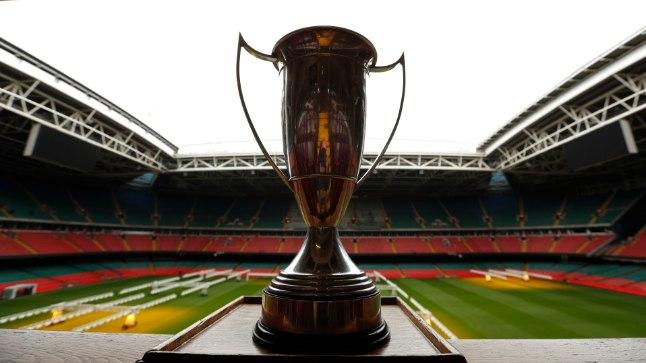 Meistrite liiga trofee esiplaanil, tagaplaanil Cardiffi staadium, mille katus finaaliks suletakse.