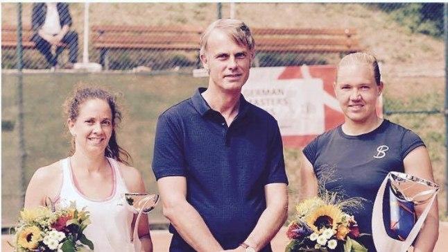 Kaia Kanepi (paremal) Esseni turniiri võidukarikaga.
