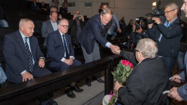 Taaskohtumine: Endisi kaasvõitlejaid on  kohtuski tore näha. Kohtusaali esireas (vasakult ) Villu Reiljan, Enn Eesmaa, Kalev Kallo.
