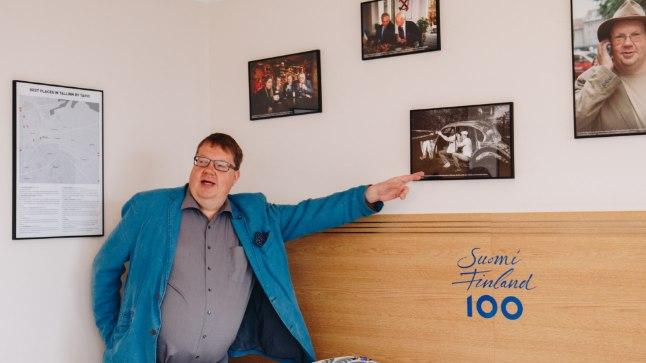 Tapio Mäkeläinen omanimelises toas Viru hotelli 18. korrusel. Seinal kaart soovitusega Tallinna huvitavamate paikade kohta, foto kahest mehest, kes polnud siis veel Eesti presidendid ja foto koos sõbraga 1987. aastal unelmate autoga sõitmas.