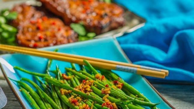 Hoisini kastmes grill-lihale annavad mõnusa maitseraamistuse hiinapärasel moel valmistatud rohelised oad küüslaugu ja sojakastmega.