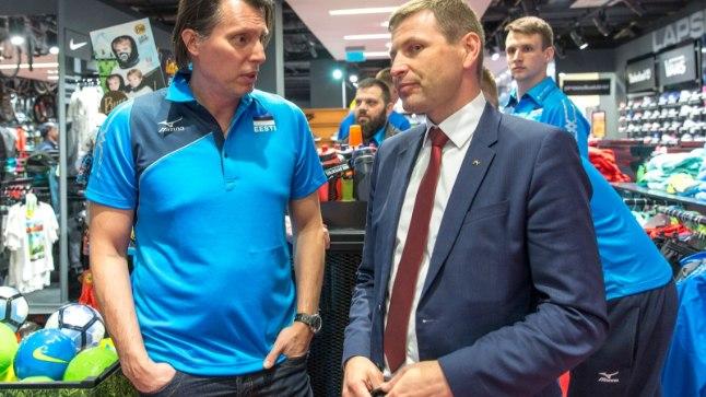 Hanno Pevkur (paremal) koos võrkpallikoondise peatreeneri Gheroghe Cretuga.