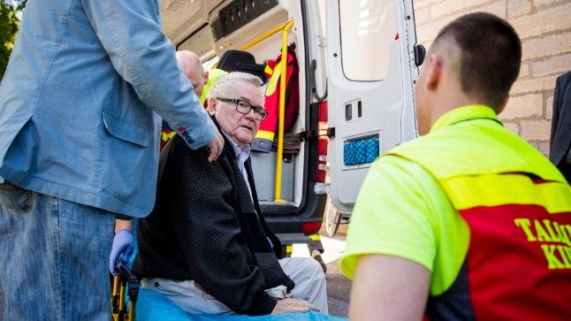 HAIGLASSE! HAIGLASSE!: Kohtumajast väljus Edgar Savisaar üleeile veel ratastoolis, kuid et meedikud saaksid kiirabiautos vajalikke protseduure läbi viia, tuli tal kanderaamile pikali heita.