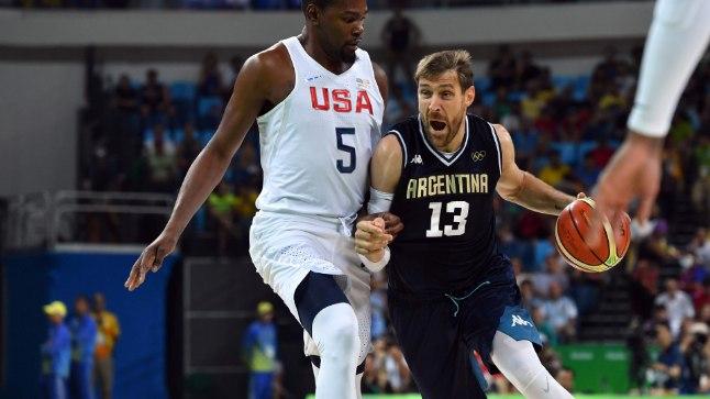 Andres Nocioni (palliga) USA tähe Kevin Duranti vastu.