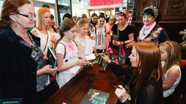 KINGIKS ROOS: Kui enamik ostuööl osalejaid soovis Marilynilt tema raamatusse autogrammi, siis mõni tema nõiaande austaja andis midagi ka vastu. Näiteks kinkis üks tüdruk Kerrole roosi.