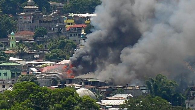 Põlevatest majadest tõuseb suitsu. Filipiinide sõjavägi võitleb Islamiriigi sõdijate vastu.