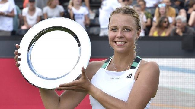ESIMENE: Õnnelik Anett Kontaveit Den Boschi turniiri esikohaauhinnaga. Ta võitis WTA tasemel turniiri esimest korda!