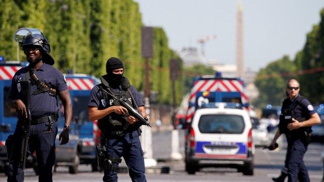 Pariisis Champs-Élysées'l rammis relvastatud mees autoga politseibussi.