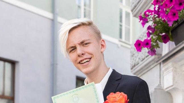 TUNNISTUS KÄES! Karl Killing pärast täna kell kaks Tallinna vanalinnas Katariina kirikus peetud lõpuaktust.