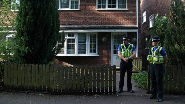 Politseinikud Lõuna-Walesis Cardiffis 19. juunil  kaubikuga moslemite hulka sõitnud Darren Osbourne'i maja ees.