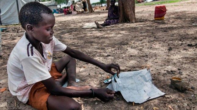 Hiljuti perega kodust välja aetud laps Lõuna-Sudaanis ehitab mängutelki.