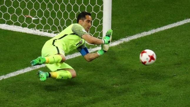 MEES NAGU MÜÜR! Tšiili väravavaht tõrjus kõik kolm portugallaste penaltit ja kandis oma riigi Maailmajagude karikaturniiri finaali