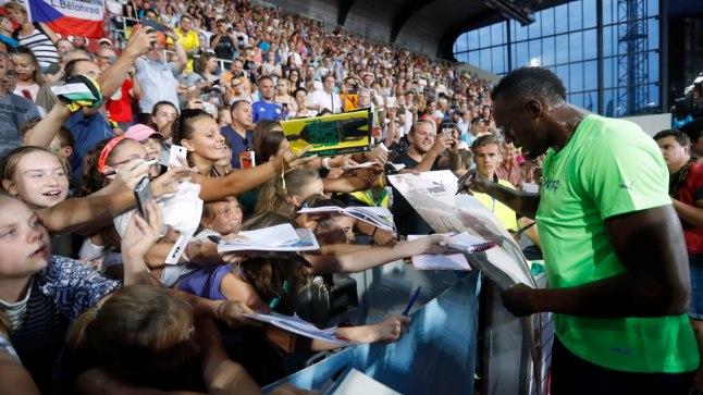Usain Bolt jagab Tšehhi rahvale autogramme.
