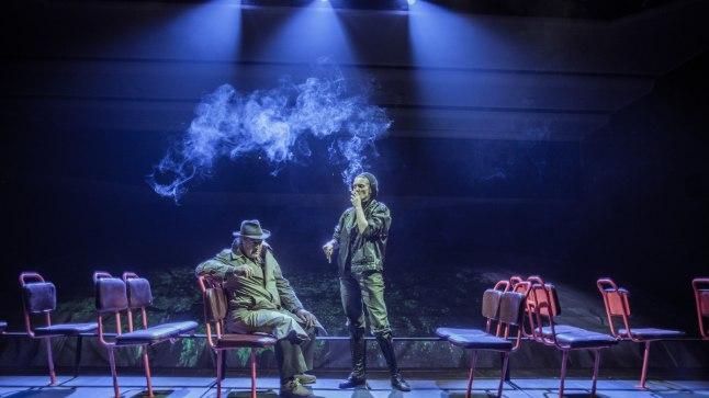 TRAMMISÕIT SIGARETISUITSUS: Sigarette ja trammisõite naudivad eeslaval näitlejad Andres Tabun ja Triinu Meriste – mõlemad kehastavad diskoloos intelligentseid vargaid.