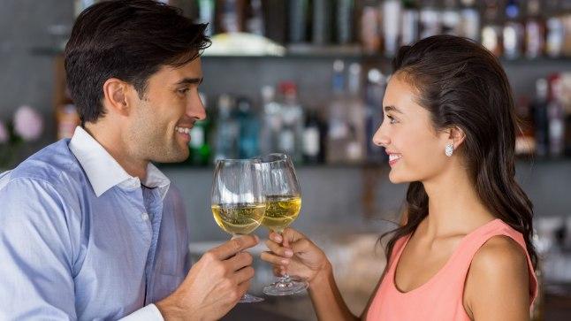 Klaasike võib muuta julgemaks, kuid alkoholiga liialdamine võib tekitada erektsiooniprobleeme meestel ja puhitusi naistel.