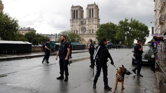 6613dc24121 Notre Dame'i kiriku juures tulistas politsei neid haamriga ...