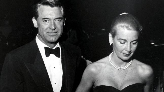 KOLMAS ABIKAASA SOOVITAS LSD-RAVI: Cary Grant koos kolmanda abikaasa Betsy Drake'iga, kes väidetavalt vabanes alkoholismist LSD abil.