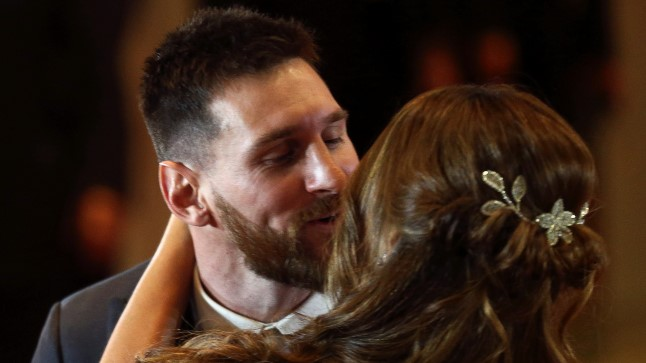 Lionel Messi suudlemas ona abikaasat Antonela Roccuzzot.
