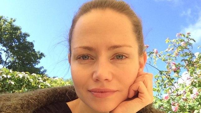 """""""Saaremaa embab hommikul oma sinise taeva ja roosipõõsastega,"""" kommenteerib Mirtel rahulolust pakatavat fotot ja lisab, et tema kaaslased tänasel hommikul on olnud tekstiraamat ja kohv."""