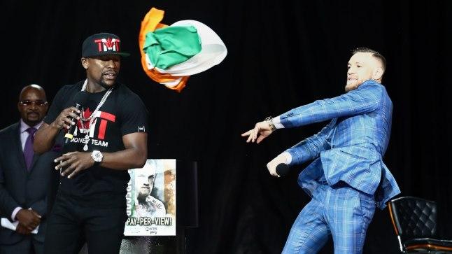 Conor McGregor viskas Floyd Mayweatherit muuhulgas Iirimaa lipuga. Lipu tõi lavale siiski Mayweather.