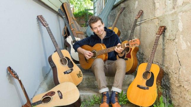 SEITSE PRUUTI: Jalmar Vabarnal on kodus seitse akustilist kitarri, mida ta kindlasti kunagi maha müüa ei kavatse. Pille on tal nii kuue- kui ka 12keelseid ja oma põhibändis Trad.Attack! mängib ta 12keelsel kitarril.