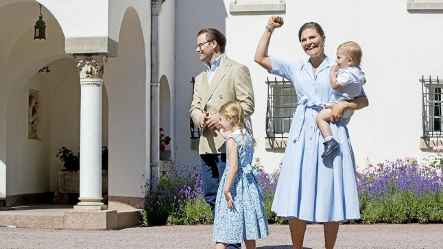 PÕHJAMAINE GLAMUUR: kroonprintsess Victoria, printsess Estelle ning printsid Oscar ja Daniel tervitavad rahvast Borghomi lossiaias.