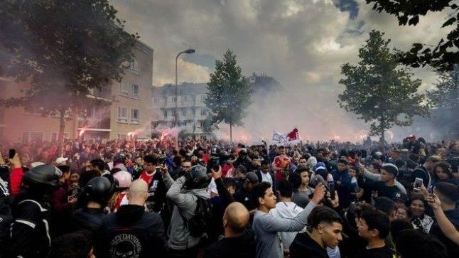 PEA VASTU: sajad Ajaxi fännid avaldavad toetust raskesti vigastatud mängumehele ja tema perekonnale.