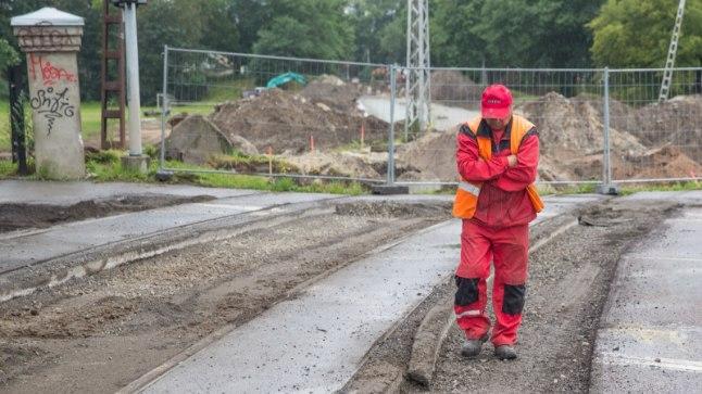 Töö käib: Esmaspäeval suleti remondiks Tallinnas Suur Rannavärava trammiitee ülesõidukoht, kus esimene töömees tegi jalgsi mõõtmistööd. Kopli suunalist trammiteed rekonstrueeriva Tref Nord juhatuse liikme Mikk Pääru sõnul on tööd olnud pingelised ning kestavad oma ette antud aja.