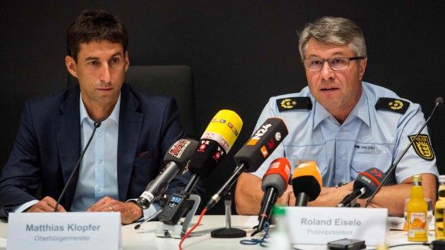 Matthias Klopfer (vasakul), Schorndorfi linnapea ja Roland Eisele, politsei esindaja