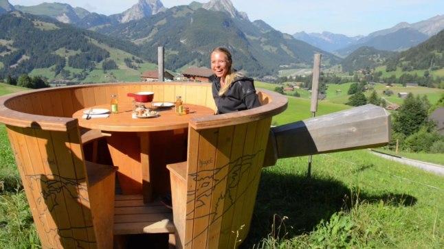 Anett Kontaveit Šveitsi Alpides juustufondüüd nautimas.