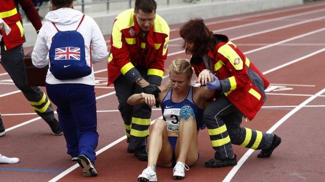 Mari Klaup vajas pärast 800 m jooksu meedikute abi.