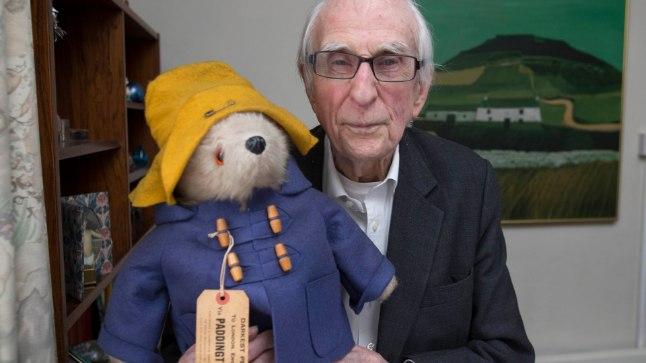 """KUULSAIMA TEGELASKUJUGA: """"Ta on alati minuga,"""" ütles Michael Bond Paddingtoni kohta. """"Tean täpselt, mida ta mõtleb. Minu jaoks on ta vägagi päris."""" Ta kirjutas 60 aastat raamatuis seigelnud karu oma isa sarnaseks – too polevat kodunt kunagi kaabuta lahkunud, et ta saaks seda daamide ees kergitada."""
