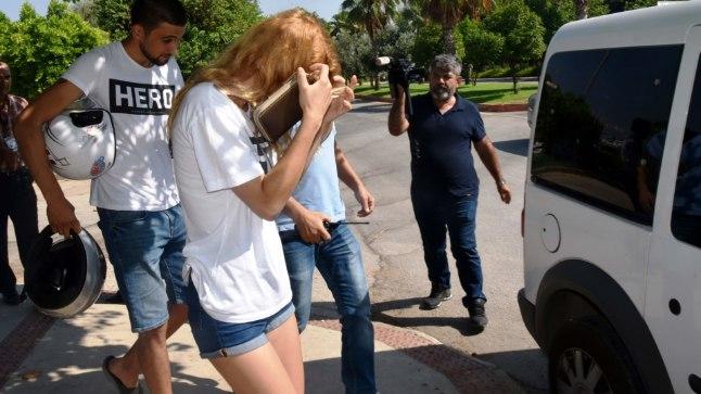 """VÕIMUDE HIRM: Türgis vahistatakse inimesi, kes kannavad valget T-särki kirjaga """"HERO""""."""