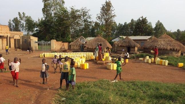 ELAV JÄRJEKORD: Kõige rohkem tülisid tuleb pagulaste vahel ette veekaevu juures.