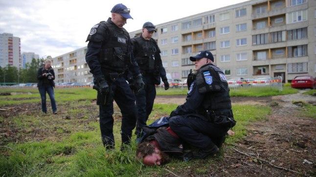 KÄED RAUDUS: Mati Oja kurdab, et politseinikud surusid käerauad luuni pingule.