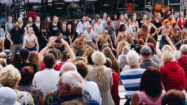 ÜRGMEHELIK ENERGIA: Peale muusikakuulamise sai Viljandi pärimusmuusikafestivali publik ka tantsuliigutuste abil liikmed soojaks.