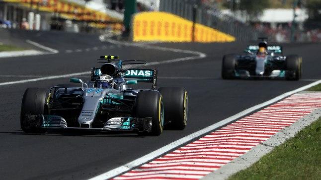 Valtteri Bottas ees ja Lewis Hamilton järel.