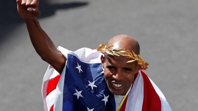 Meb Keflezighi Ameerika Ühendriikide lipuga.